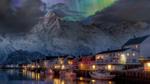 A Silent Town By The Lake With Nortern Lights In The Background Nature QHD Wallpaper